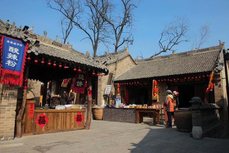 走在藏马庄青石板上的小径,仿古风格设计的建筑犹如走入古代农村的生活。