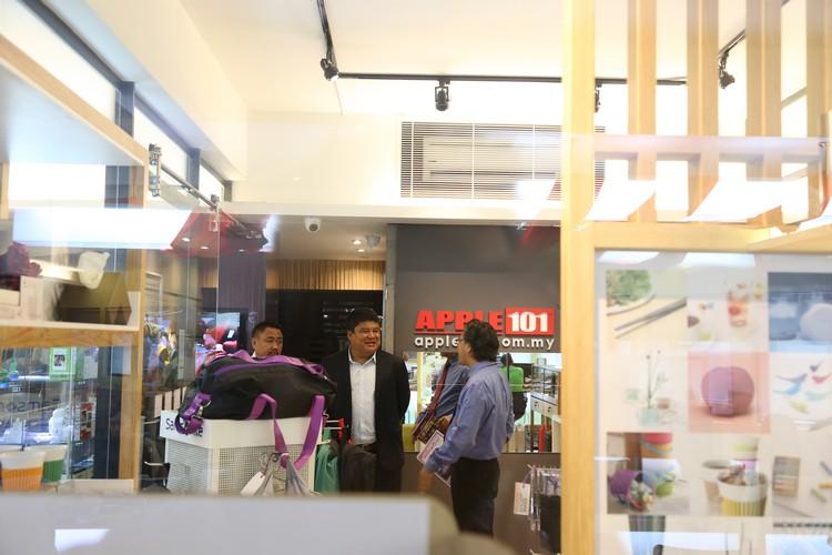 Ugyen Tenzin 与 Thinley Dorji 对于蘋果旅遊的外在装潢与内在操作都给予激赏。