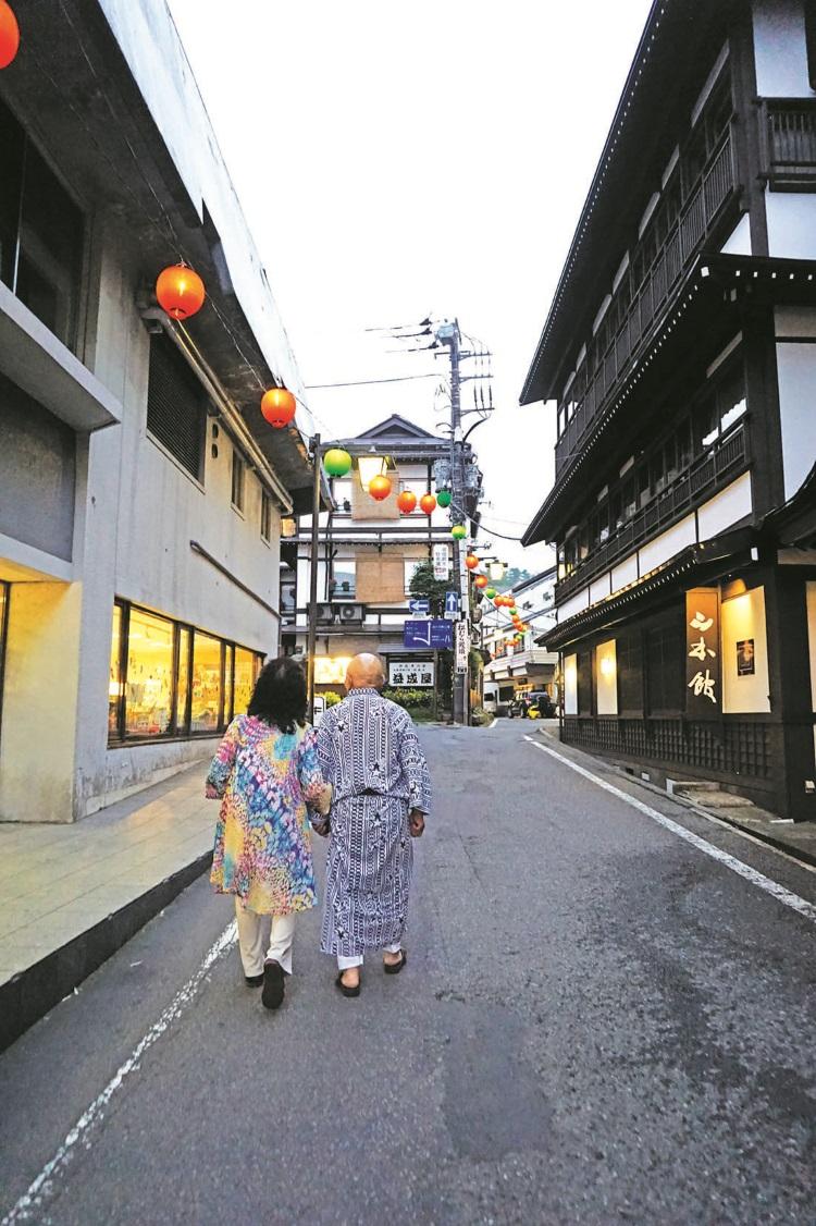 就穿着日式浴袍走在草津温泉街道上吧!好好感受这里的气息。