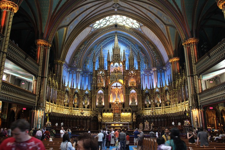 神圣庄严的教堂内部。