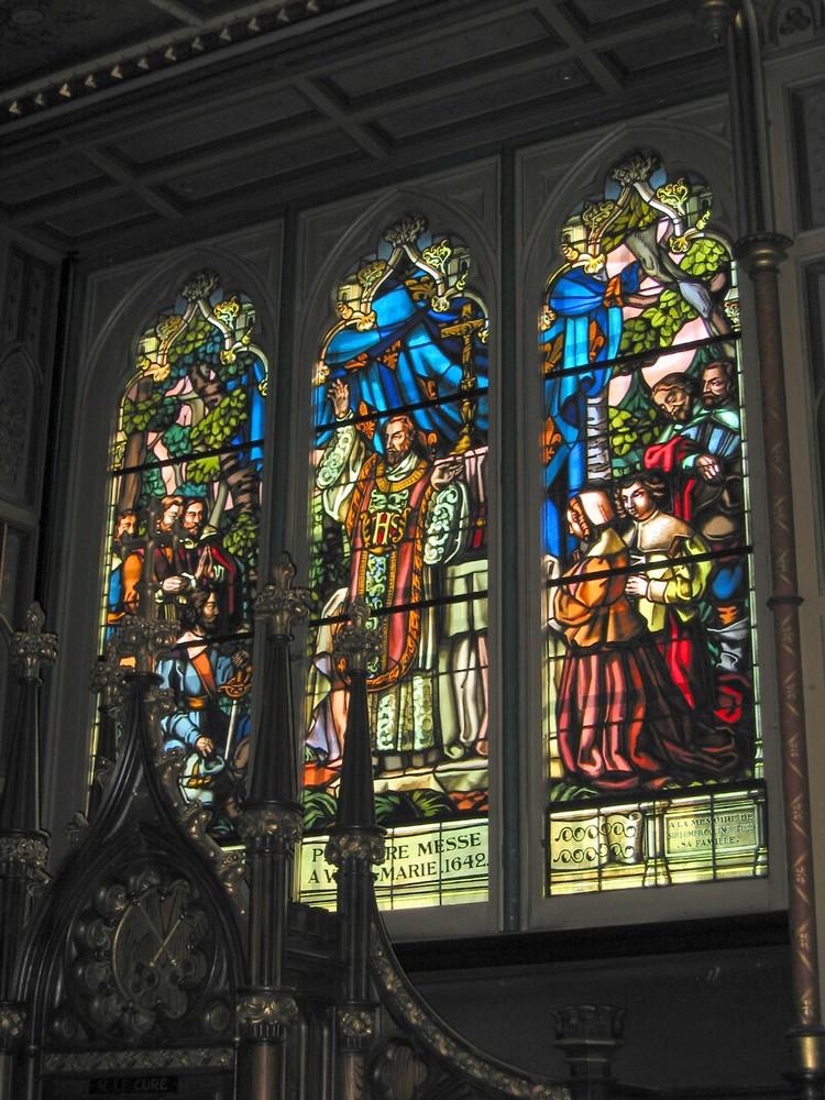 教堂里的彩色玻璃绘着圣经故事和教区历史。