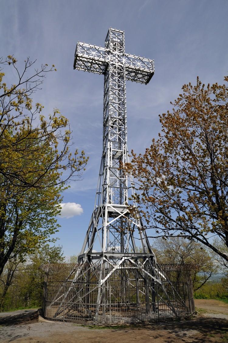 院内还有一个高达30米的十字架,晚上还会开灯呢!