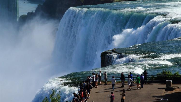 尼亚加拉瀑布是一个是一个横跨美国和加拿大的跨国瀑布。