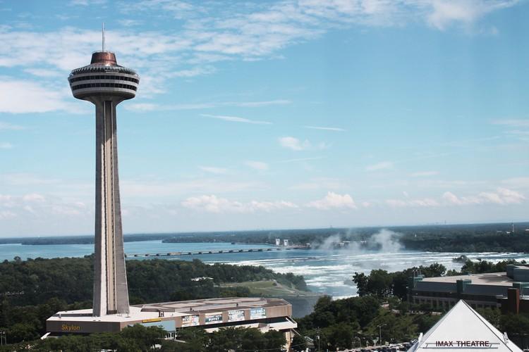 透过摩天楼,则可以一次过将整个瀑布景观尽收眼帘。