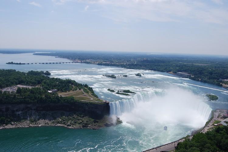 """将""""壮观""""两字展现地淋漓尽致的尼亚加拉大瀑布。"""