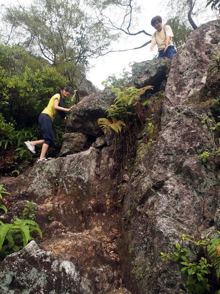 开始攀爬岩石。