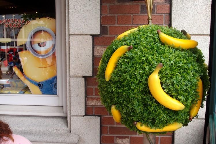 俏皮的小黄人永远和香蕉离不开。