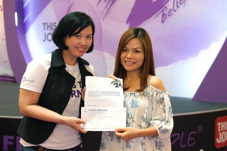 恭喜恭喜!恭喜赖小姐获得往返韩国仁川机票一张!!奖礼由蘋果亚洲执行董事邓丽君(Gwen)颁发。