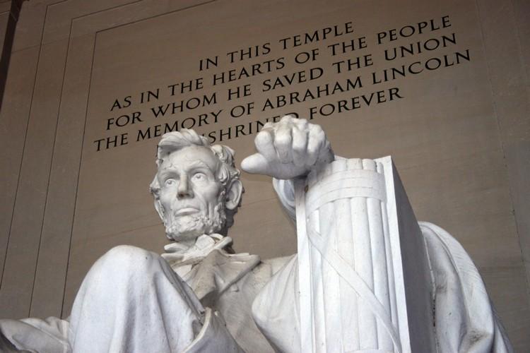 林肯的大理石雕像就放置在纪念馆的正中央。