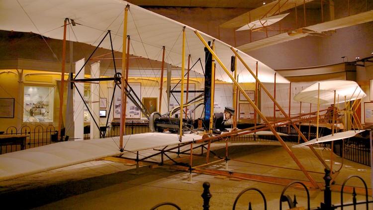 这里收藏者多种型号的飞行器。图为莱特飞行器。