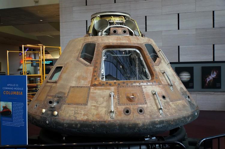 阿波罗11号的指令舱虽看起来已残旧不堪,但它可是载着阿姆斯特朗回到地球的功臣哟!