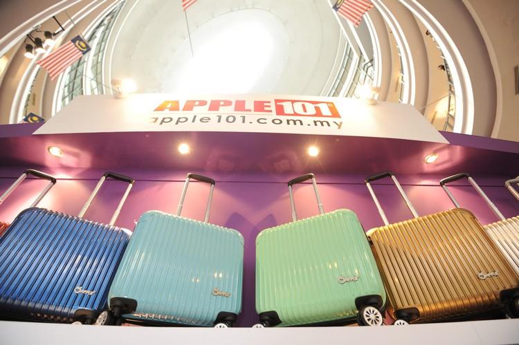 色彩缤纷的蘋果20周年限量纪年款手提行李箱。