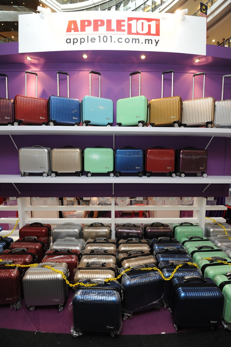 一字排开的行李箱非常引人注目。