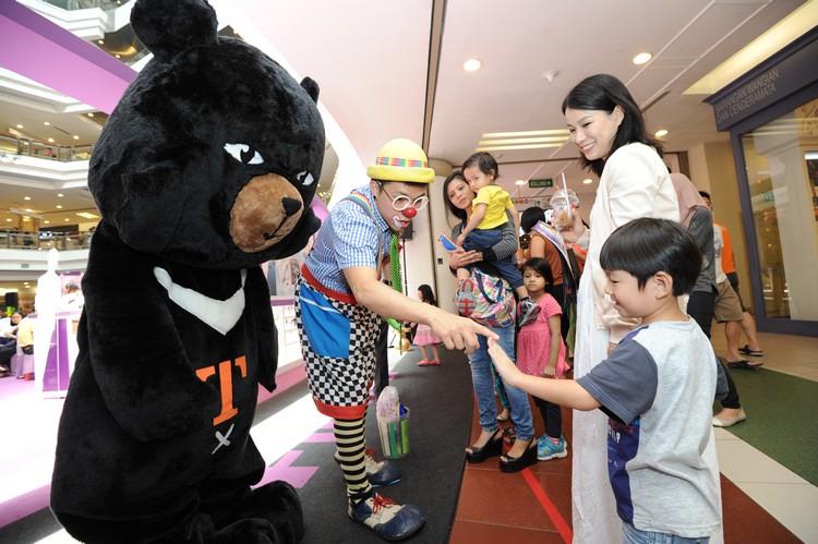 除了小丑,来自台湾的喔熊(OhBear)也在现场出没!