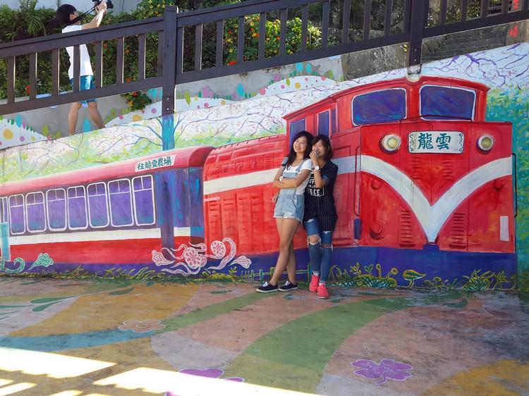 """美丽的壁画绘的是阿里山小火车,还是""""龙云号""""。"""