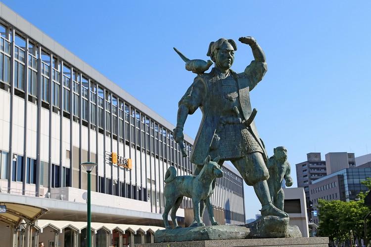冈山站前的桃太郎像 想要和桃太郎合照的话,没有比这里更适合了!