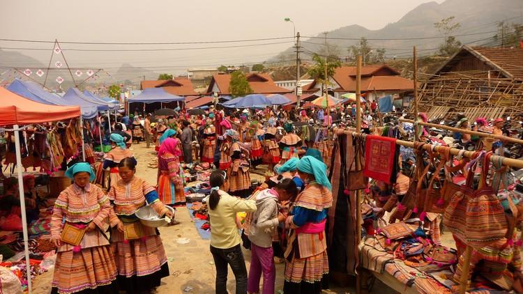 北河市场聚集了北河区少数民族在此做买卖,是购买手工艺品和服饰的好地点。