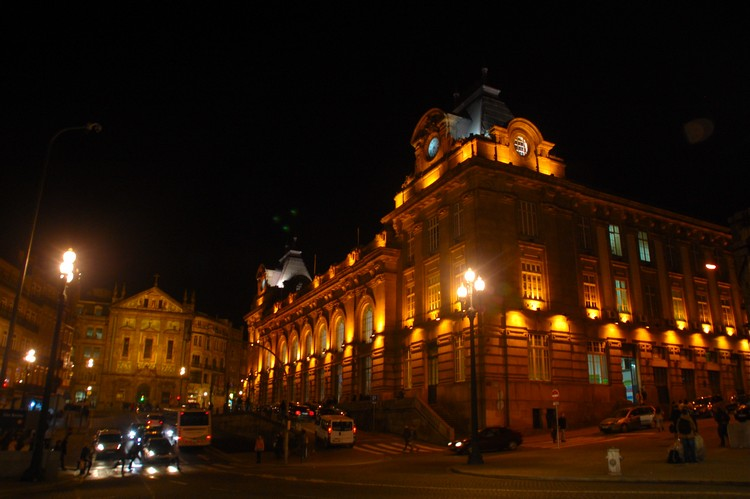 圣贝托火车站夜景。