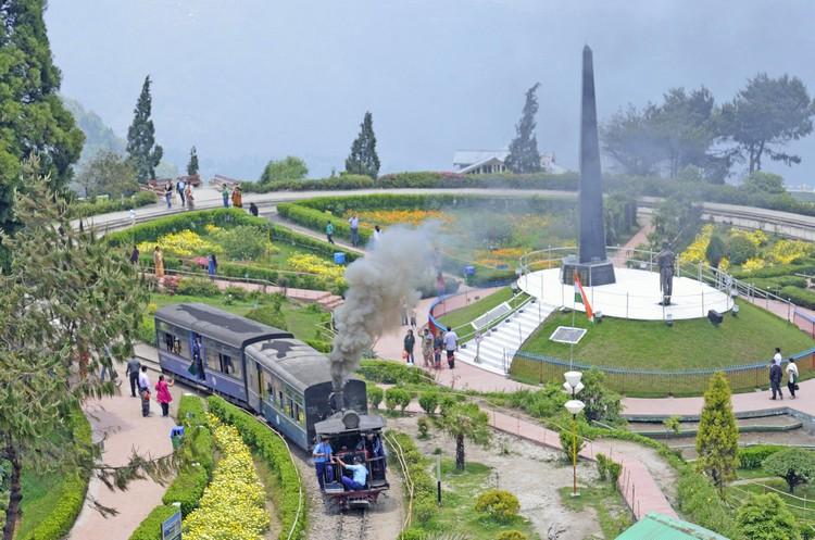 大吉岭喜马拉雅铁路始建于1879年间,长51.2公里的西里古里至Kurseong段首先完工,1881年全线完工通车,是印度最早的铁路之一。