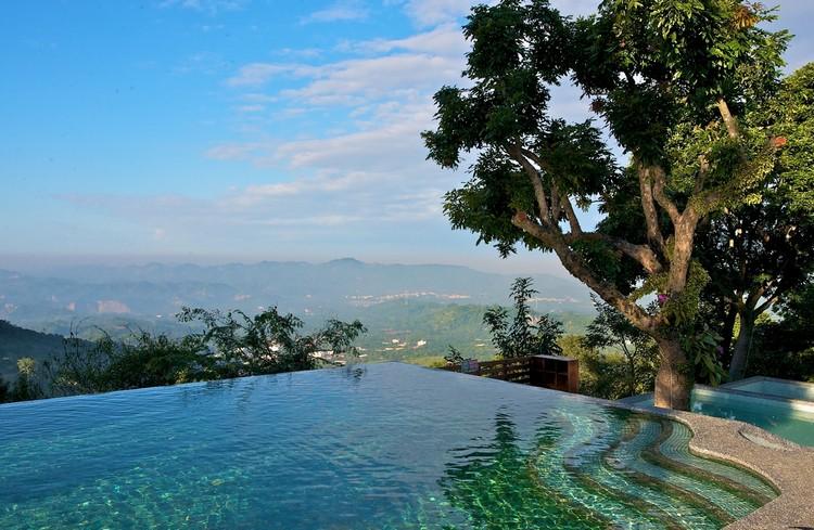 游泳池状似没有边界,在这戏水看风景真舒服。