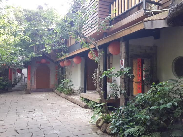 卓也小屋的住宿设计都是仿造台湾50年代的乡村,而且每间设计都不一样。配上红灯笼和春联,别有一番风味。