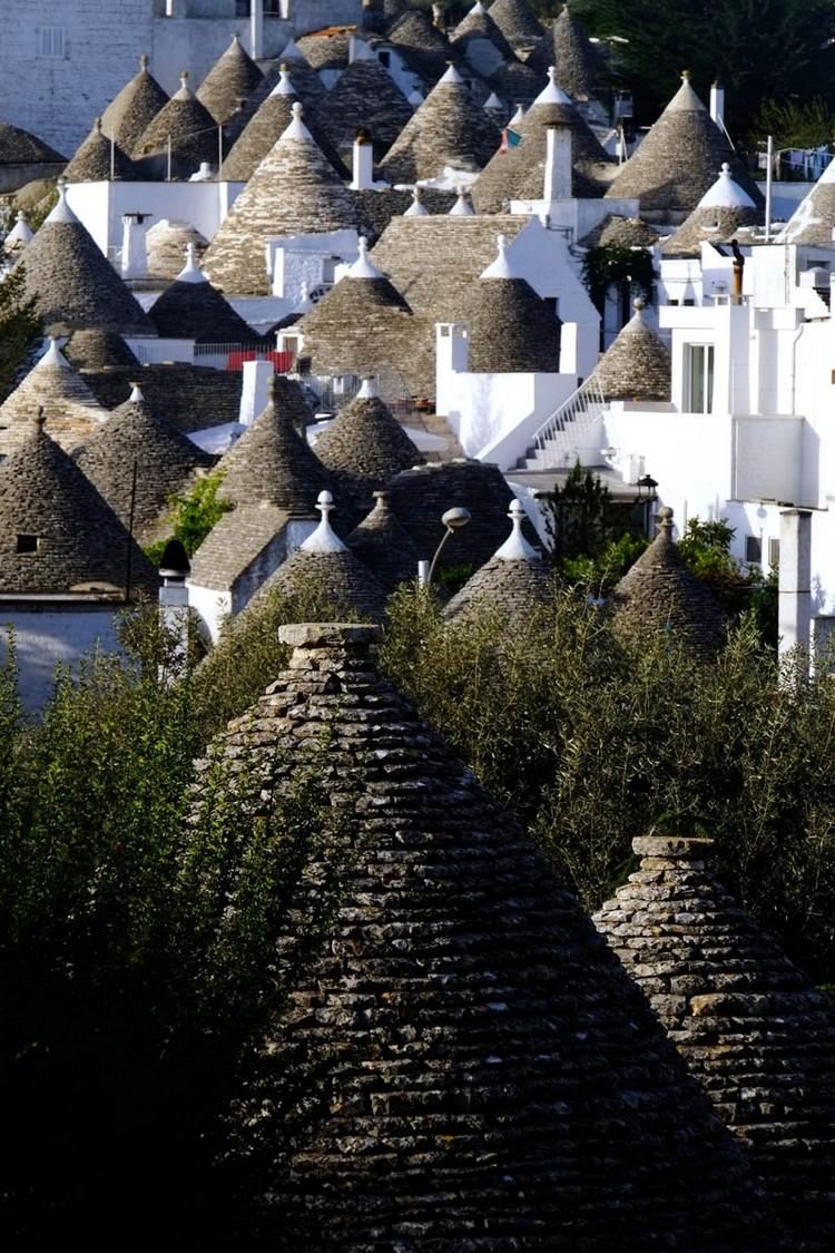 如今,一些完好的特鲁利石屋已成楼房,楼下是客厅、卧室、厨房,楼上阁楼是粮仓、织布间。屋顶有心形、鸟形、日月形等装饰,有的高大屋顶,也画着让人不解的怪异图案。高墙挂有稻草人驱赶雀鸟,高高的石烟囱饰以公鸡风向标,还飘来炊烟气味。