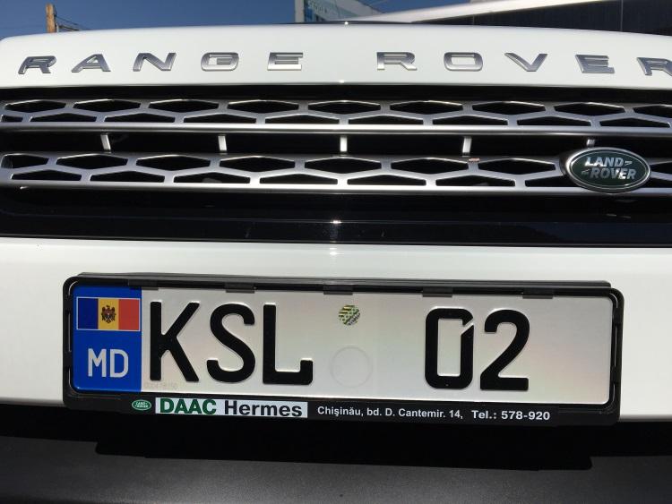 首都基希讷乌的街道,与挂在价值百万车的摩尔多瓦车牌:贫富悬殊。