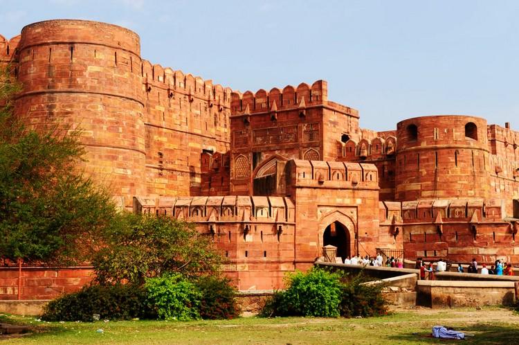 2. 阿格拉红堡 1983年列入世遗的阿格拉红堡,是统治全印度几百年的莫卧儿王朝的首都所在地。这壮观宏伟的堡垒,融合了登峰造极的艺术成就,以及刻骨铭心的爱情故事。
