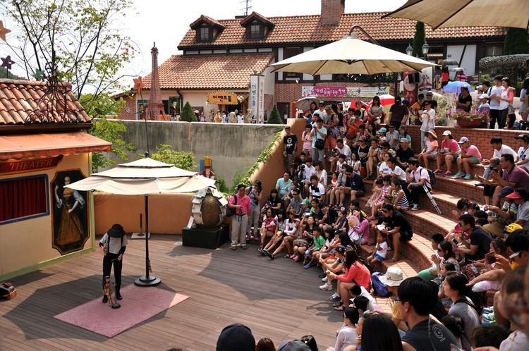 露天剧场的传统提线木偶表演精彩绝伦,也为园区增添了欢愉的气氛。