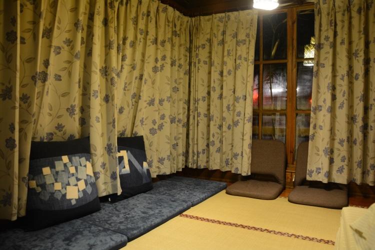 坐垫、枕头套及窗帘都是手染布,搭配暖色榻榻米,别有一番风情。
