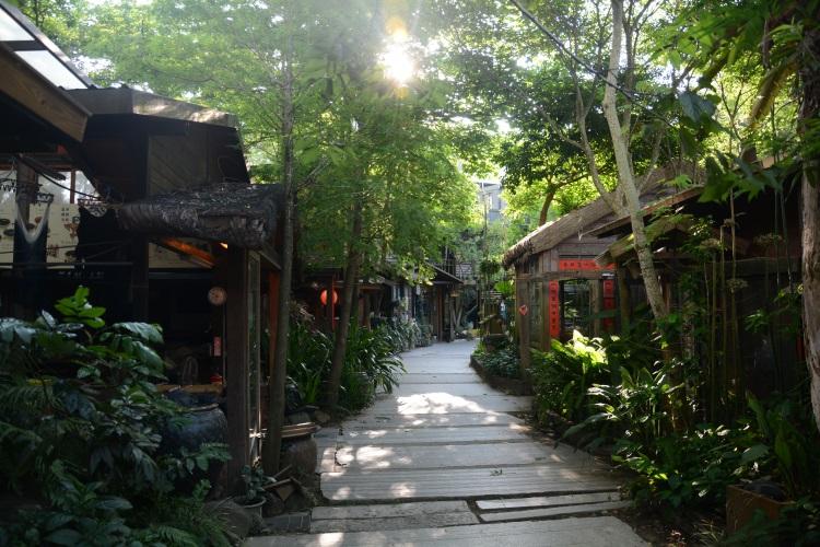 石板铺成的蜿蜒小径,古朴的建筑,是卓也小屋营造的温馨庭院。