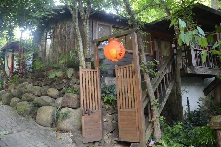 12间独栋的民宿设计各异,木质建筑搭配红灯笼,满院绿色植物,却似早期的台湾农家。(二)