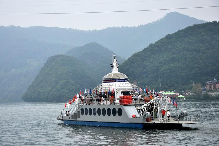 横渡山明水秀间的南怡岛渡船。