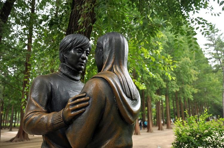 """韩剧""""冬季恋歌""""里男女主角铜像成了南怡岛水杉林的地标。"""