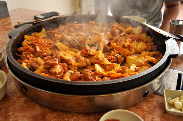 加平码头停车场处有几间口碑不错的Dak galbi餐店,可自助炒辣鸡加配料来吃,最后再加炒饭来清锅,美味又好吃。
