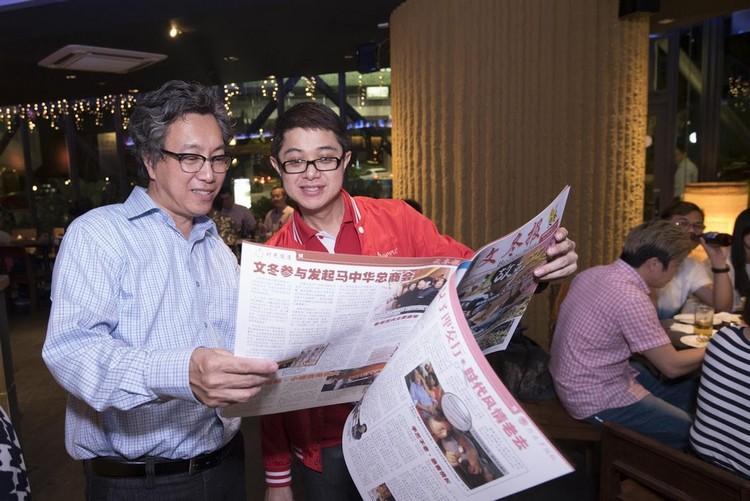 蘋果集团董事经理 拿督斯里许育兴(Koh san)意外现身,与Louis一同翻阅《文冬报》!