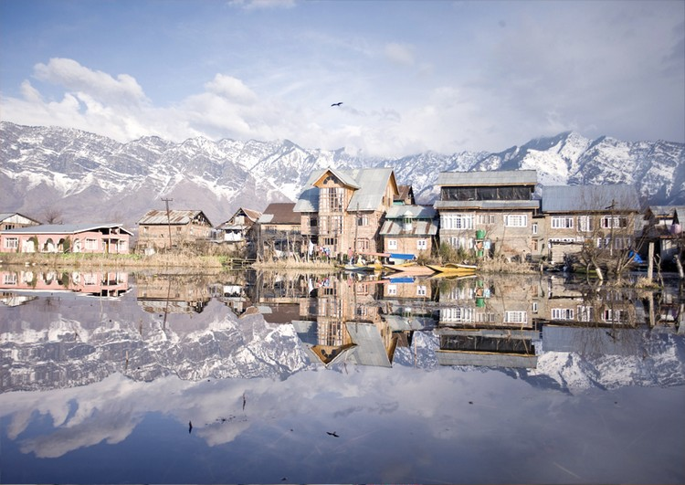 4. 达尔湖 (克什米尔) 达尔湖是印度斯里纳迦第四大淡水湖,这里之所以闻名是因为湖上矗立着多艘精致的水上船屋。 这里的美在于大自然和当地人相互充分融合之感,因为有湖水,船才能运行;因为有船,人才能在此居住生息。