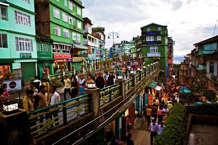 6. 甘托克 (锡金) 想要了解当今锡金城市面貌与人文生活模样,甘托克可是你不能忽略的部分哦! 甘托克是锡金的首府及最大城市,位于喜马拉雅山的山麓,海拔约1700米。城市景观有一种魔力,虽是第一次接触,却让人觉得好像早已触碰过。