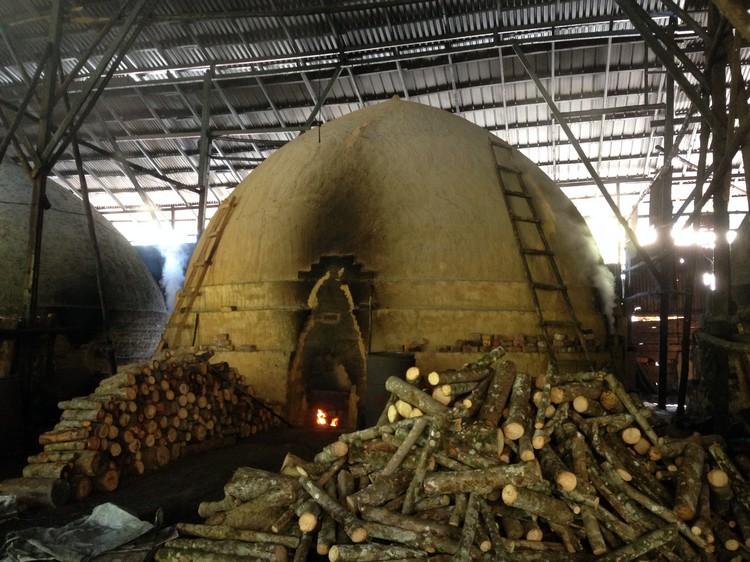 这窑口剩下四分之一,已来到熏炭的第三步骤,即4天小火熏干。
