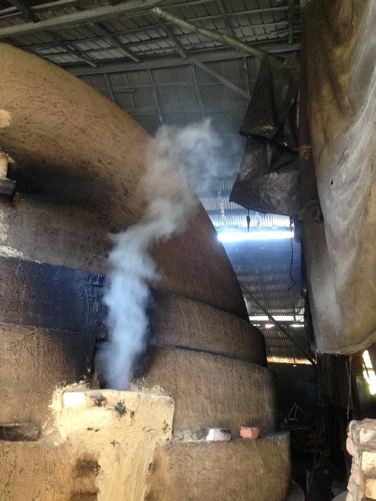 熏炭过程中,会有水气从窑的4个洞口透出。