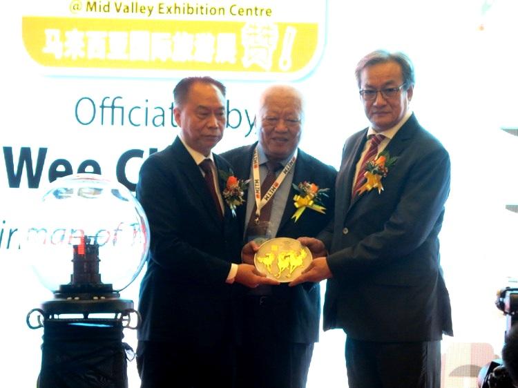 大会颁发纪念盾予黄朱强。