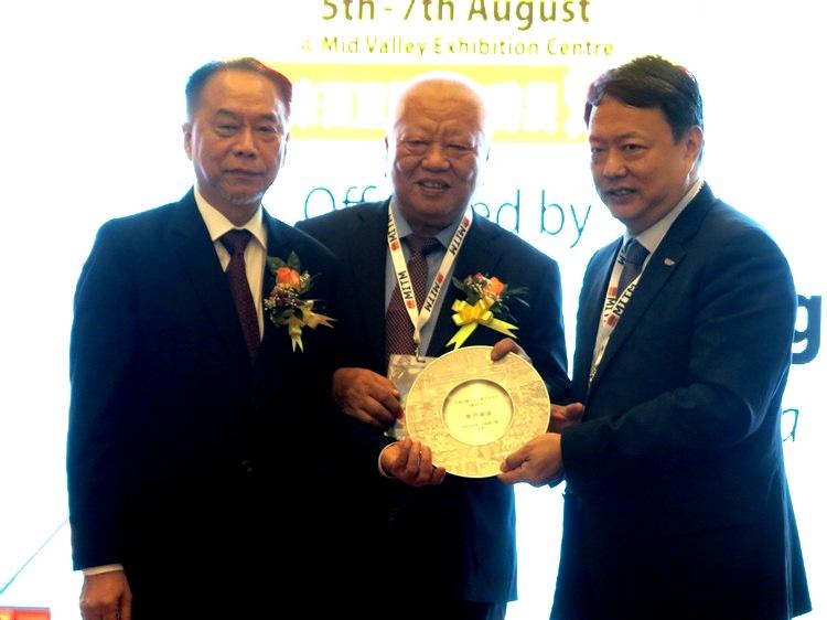 大会颁发纪念盾予台湾观光局曹逸書主任。
