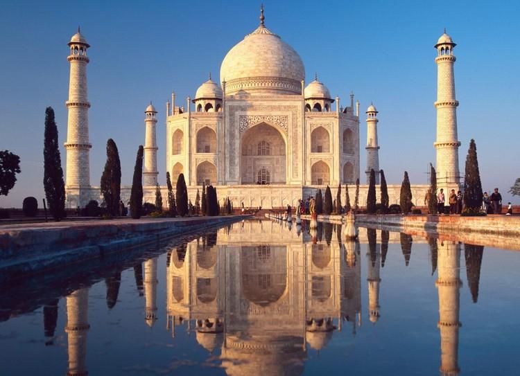 1. 泰姬陵 泰姬陵是莫卧儿王朝第5代皇帝沙贾汗为了纪念他的第三任妻子已故皇后姬蔓·芭奴而兴建的陵墓。它早在1983年就列入世遗之列,也是印度知名度最高的旅游景点之一。