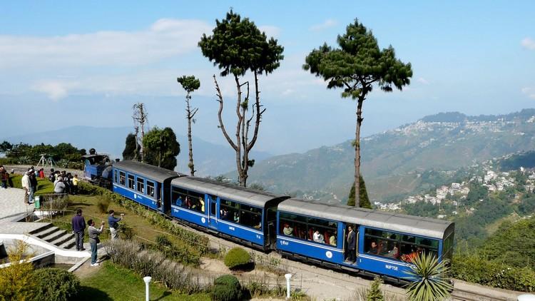 5. 大吉岭喜马拉雅铁路 大吉岭喜马拉雅铁路 被誉为交通运输系统的革新,也是推动多文化地区社会经济发展的典范。其中,马蹄型铁轨路线Batasia loop是铁路中最著名的一段。 铁路分别在1999、2005和2008分段式列入世遗中。