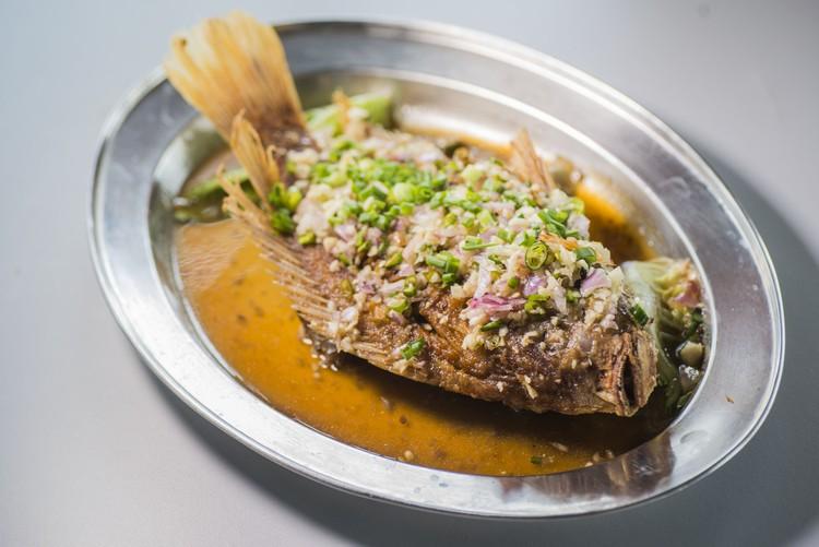 干煎咸水金凤鱼(RM20) 招牌菜之一,干煎后淋上自家调制酱,洋葱蒜头小辣椒,相当开胃。