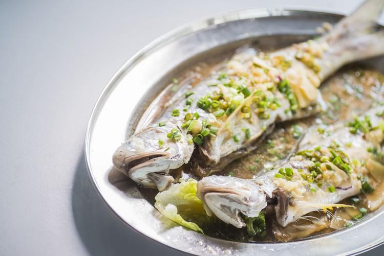 清蒸马友鱼(时价) 蒸鱼极鲜,肉质细嫩,姜葱蒜及辣酱提味,好吃。