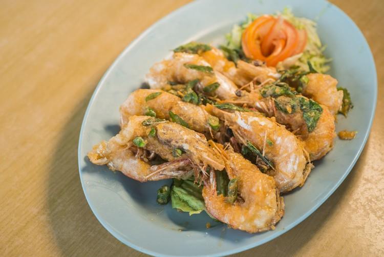 咸蛋虾(时价) 炸好的鲜虾拌以咸蛋黄酱,咸香鲜美味。