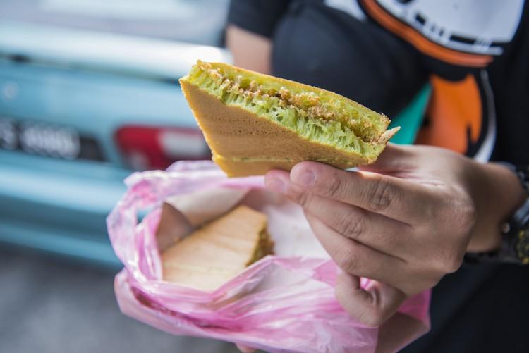 曼煎糕(RM0.80) 班兰口味的曼煎糕,洒满糖和碎花生,吃得满足。