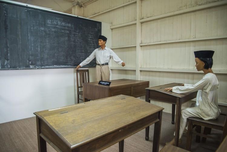 古堡各展示处均设有蜡人,图为模拟当年教室上课的情景。