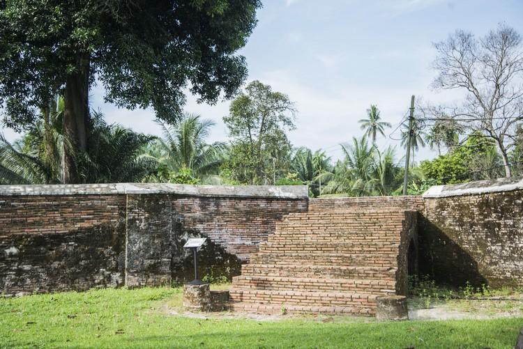 当年古堡与瓜拉十八丁有一条直接联系的沿海路,可惜已不再,走上阶梯,不妨幻想一下那时代的情景。